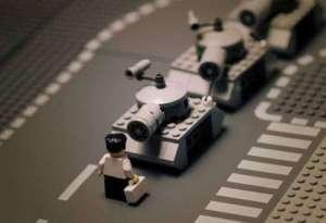 LUCHA POR LO QUE DEBAS (ESTUDIANTE LEGO, EN TIANANMEN)